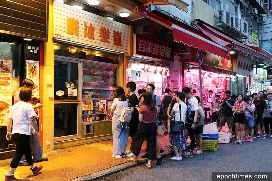 嘉樂冰廳門口時常從早到晚大排長龍。(陳仲明/大紀元)