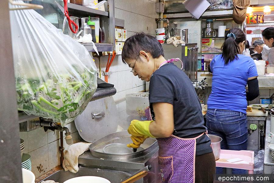 冰廳老闆娘麥太在廚房下麵。(陳仲明/大紀元)