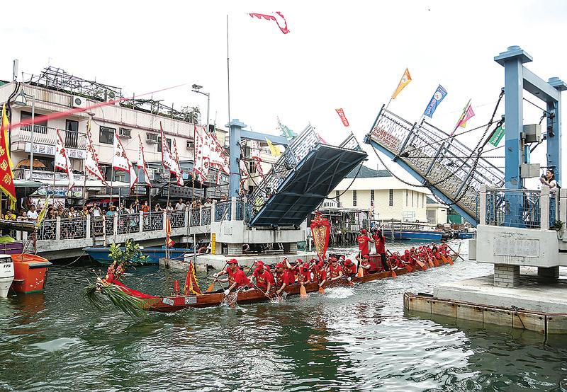 香港迷人漁村大澳,保留有過百年歷史的龍舟活動——遊涌。每逢端午節都會吸引大批港人、大陸以及海外遊客前往觀龍舟、熱鬧過端午。(余鋼/大紀元)