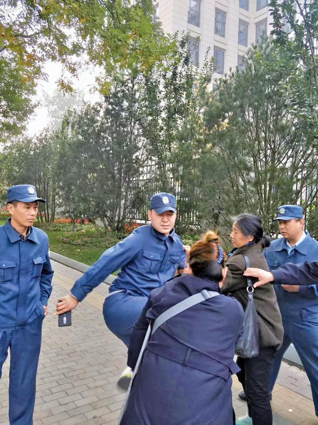 北京市豐台區殘疾人葛志慧被警察飛踢毆打傷重住院。(推特圖片)