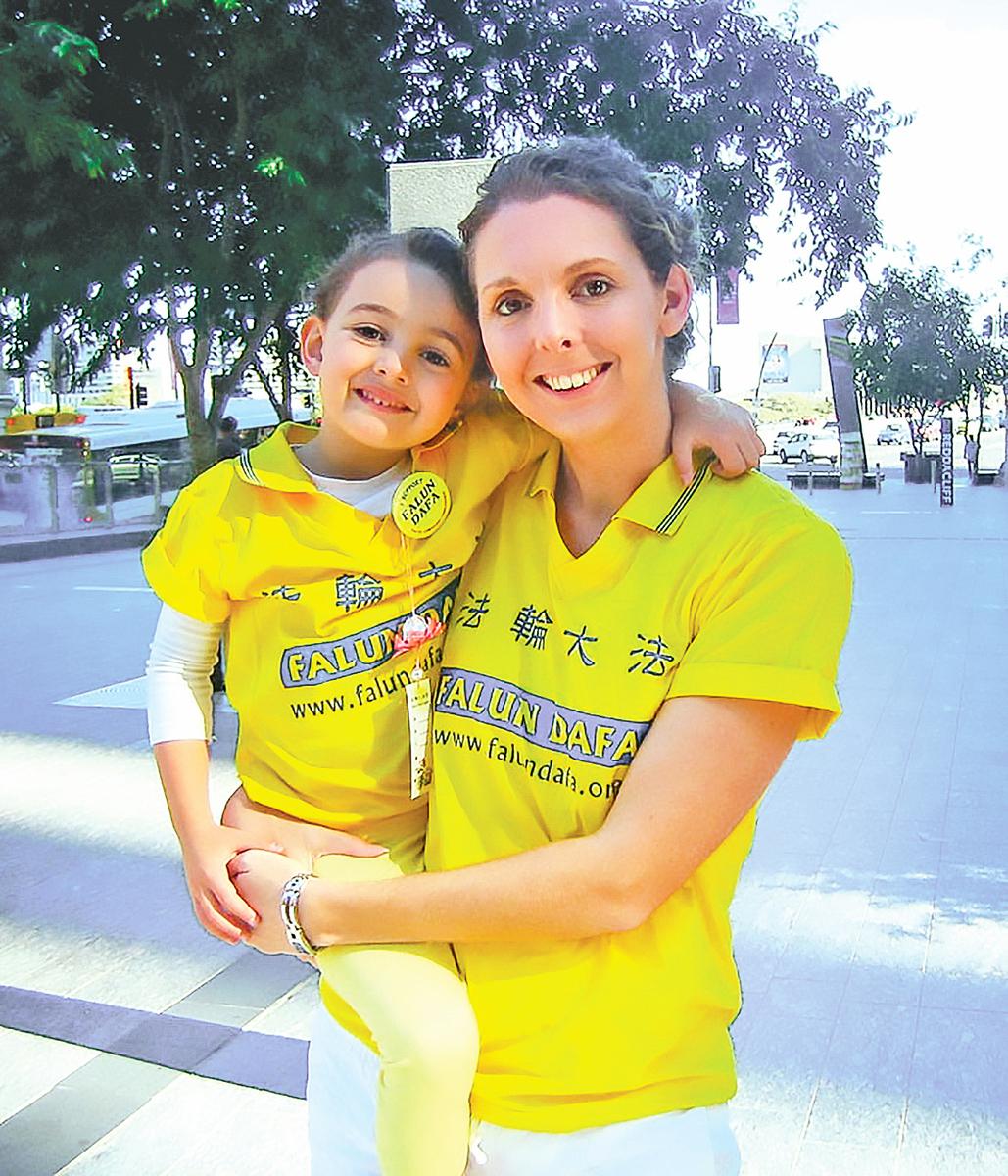 澳洲公司經理克麗斯緹和 5 歲的女兒。(明慧網)