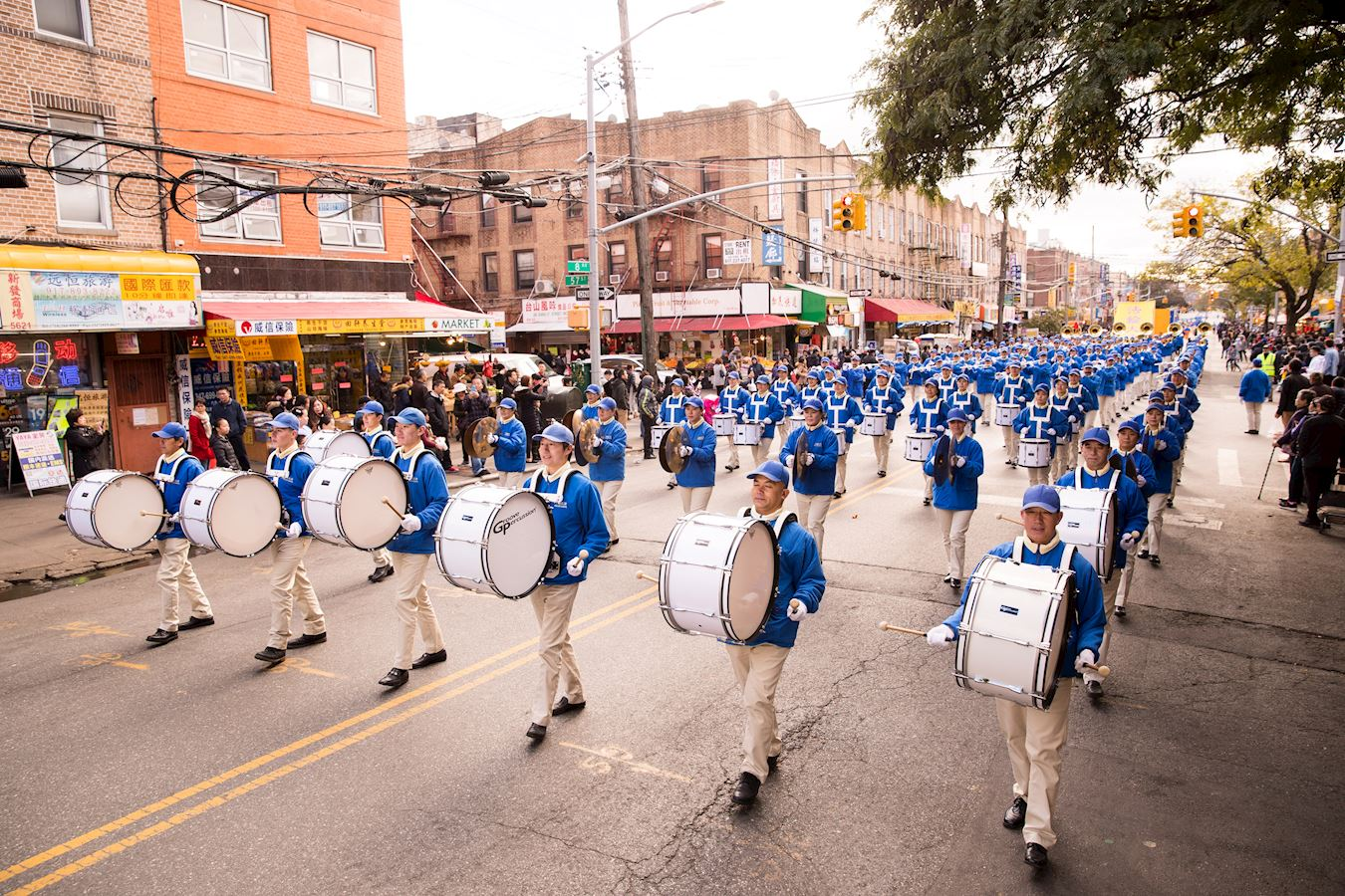法輪功學員在紐約第三大華人社區布碌侖第八大道舉行盛大遊行。(明慧網)
