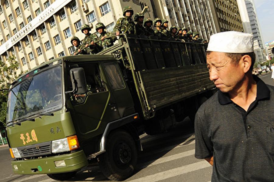 近期新疆爆出大批民眾被關集中營事件,引發國際關注。圖為2009年7月的新疆街頭景象。(PETER PARKS/AFP/Getty Images)