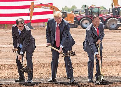 2017年7月,台灣鴻海總裁郭台銘(右)決定在美國投資100億美元,第一步選擇在威斯康星州設立液晶顯示(LCD)面板廠,為外國企業大舉撤離大陸開下第一槍。圖中為美國總統特朗普。(Andy Manis/Getty Images)