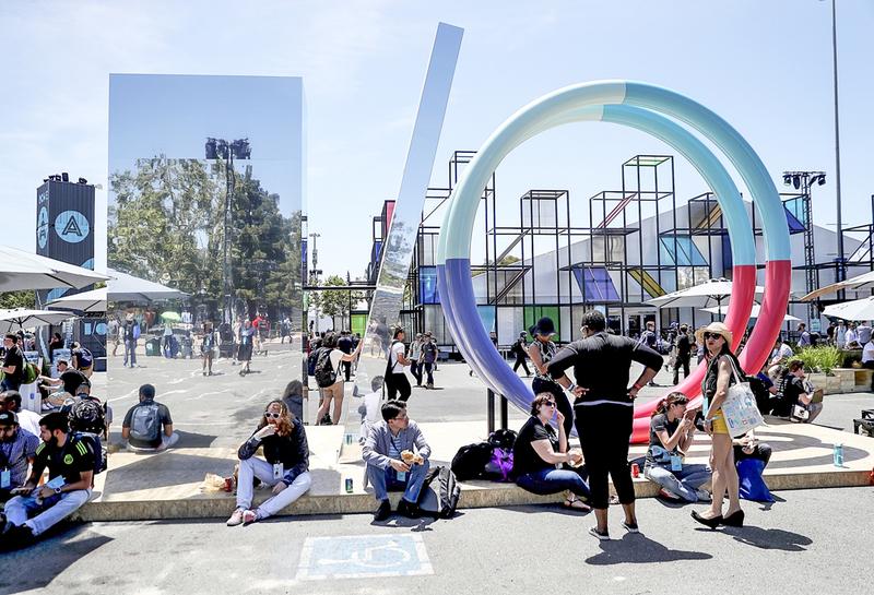 谷歌再次登上BrandZ百大品牌冠軍寶座。圖為谷歌今年5月在加州開發商會議場外佈置的大型I/O塑像。(Getty Images)