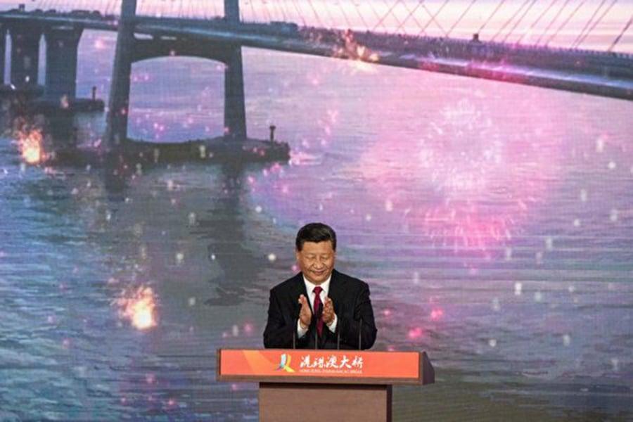 23日,習近平主持大橋開通儀式,但並未如外界所料發表演講,只講了一句話。外界分析,是否國內外局勢有太多的不確定,很難表態。(FRED DUFOUR/AFP/Getty Images)