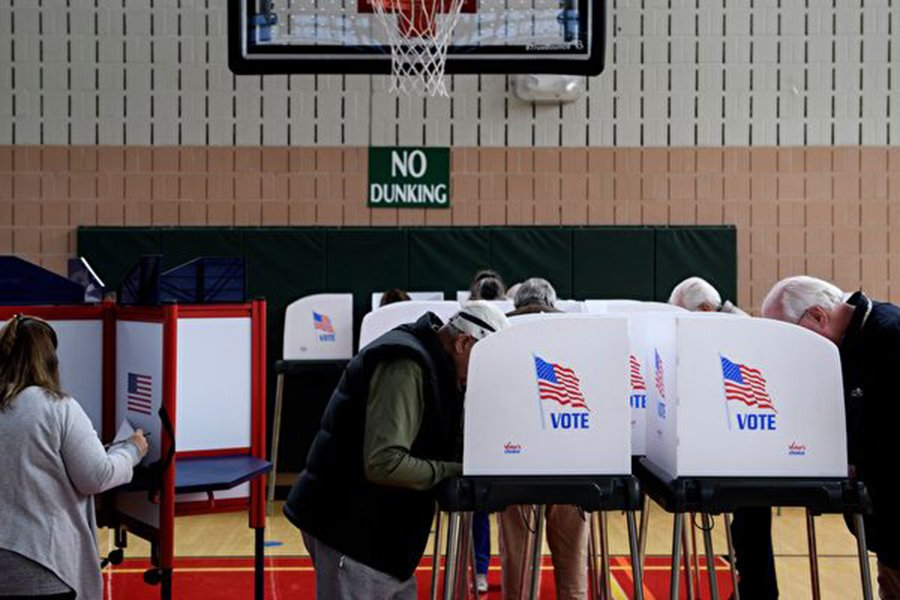 美國即將在11月6日舉行中期選舉,參議院有35席需要改選,多位專家分析,共和黨繼續掌握參議院多數席位應無懸念。(BRENDAN SMIALOWSKI/AFP/Getty Images)