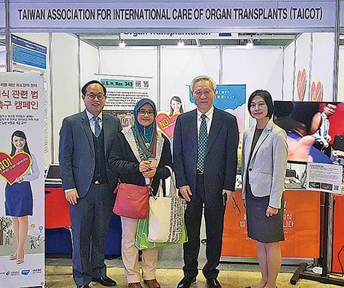 台灣國際器官移植關懷協會與南韓醫生團體國際器官移植倫理協會(IAEOT)聯合開設的展位。(IAEOT 提供)