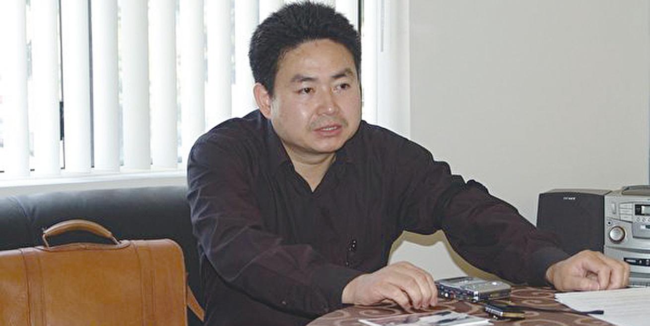 八九民運領袖周勇軍8月被抓捕,警方以攜帶法輪功真相光盤而被刑事拘留。代理律師至今仍無法與他會面。(大紀元)