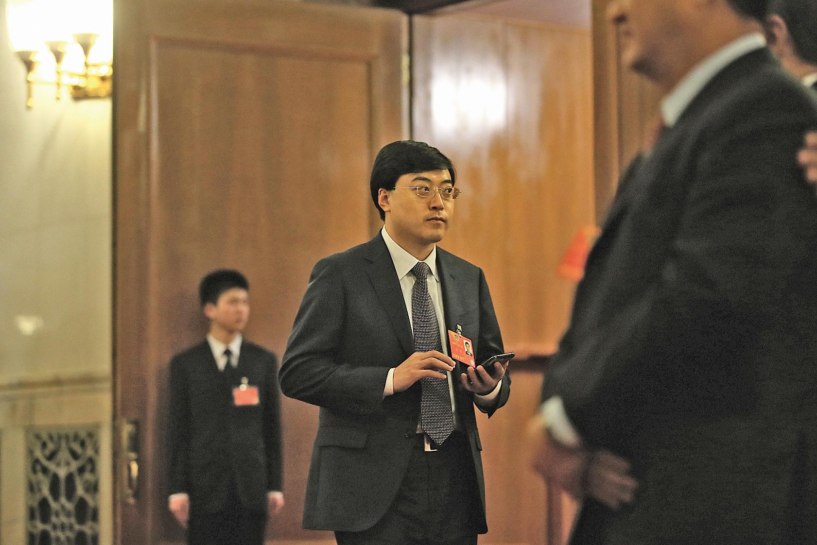 內蒙古伊利集團爆出「內訌」醜聞。圖為伊利集團董事長潘剛3月11日參加中共政協會議。(AFP)