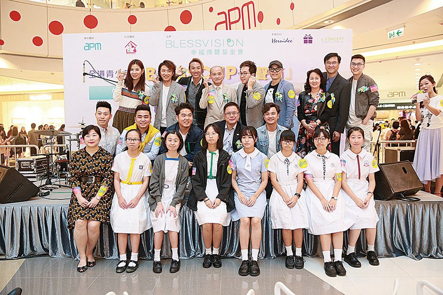 張崇基(後排左三)、張崇德(後排左二)昨日擔任青少年設計比賽的頒獎嘉賓。(經理人公司提供)