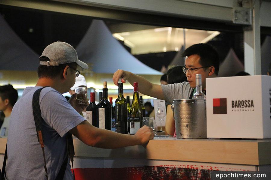 旅發局主辦的香港美酒佳餚巡禮,在上周四至日一連四天舉行。圖為一參展的酒商檔攤。(陳仲明/大紀元)