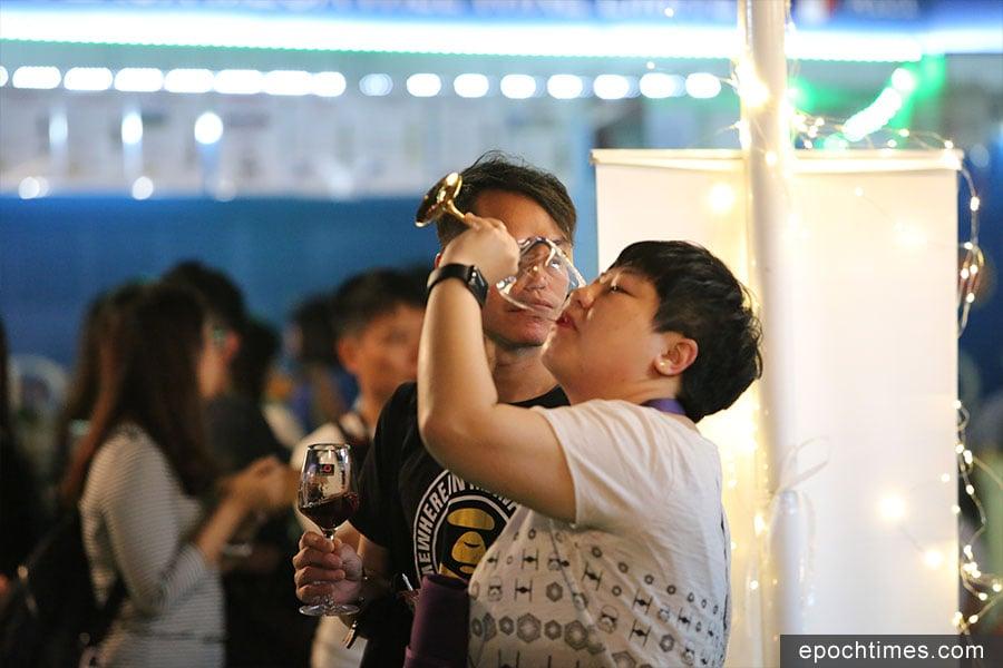 旅發局主辦的香港美酒佳餚巡禮,在上周四至日一連四天舉行,吸引不少市民入場品酒。(陳仲明/大紀元)