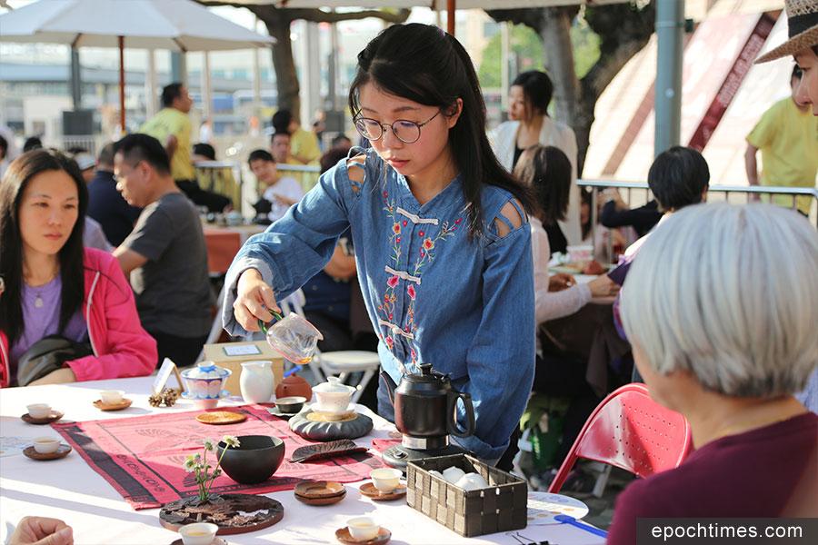 非遺市集展示中國傳統茶藝。(陳仲明/大紀元)
