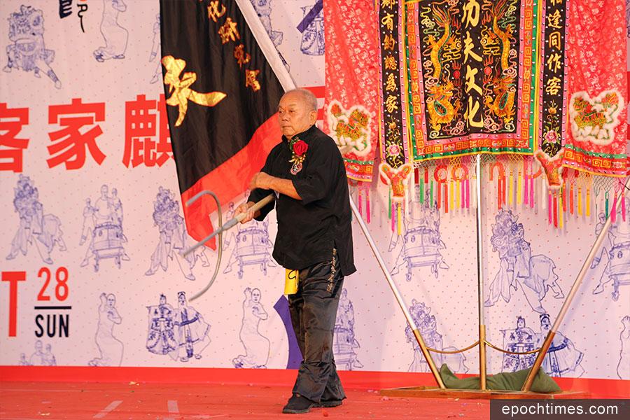 客家功夫文化研究會會長李石年擔任壓軸表演嘉賓。(陳仲明/大紀元)