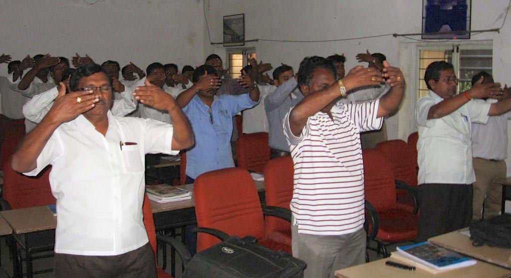2012年11月,印度政府下屬的南環鐵路培訓學院的七十名在培官員學煉法輪功。(明慧網)