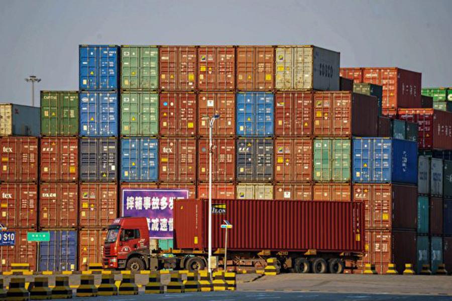 美國特朗普政府今年陸續對中國商品祭出關稅措施,據全球最大海運公司的數據,受影響中國商品出口到美國的數量,在此等關稅措施生效前、後的反差相當大。(STR/AFP/Getty Images)