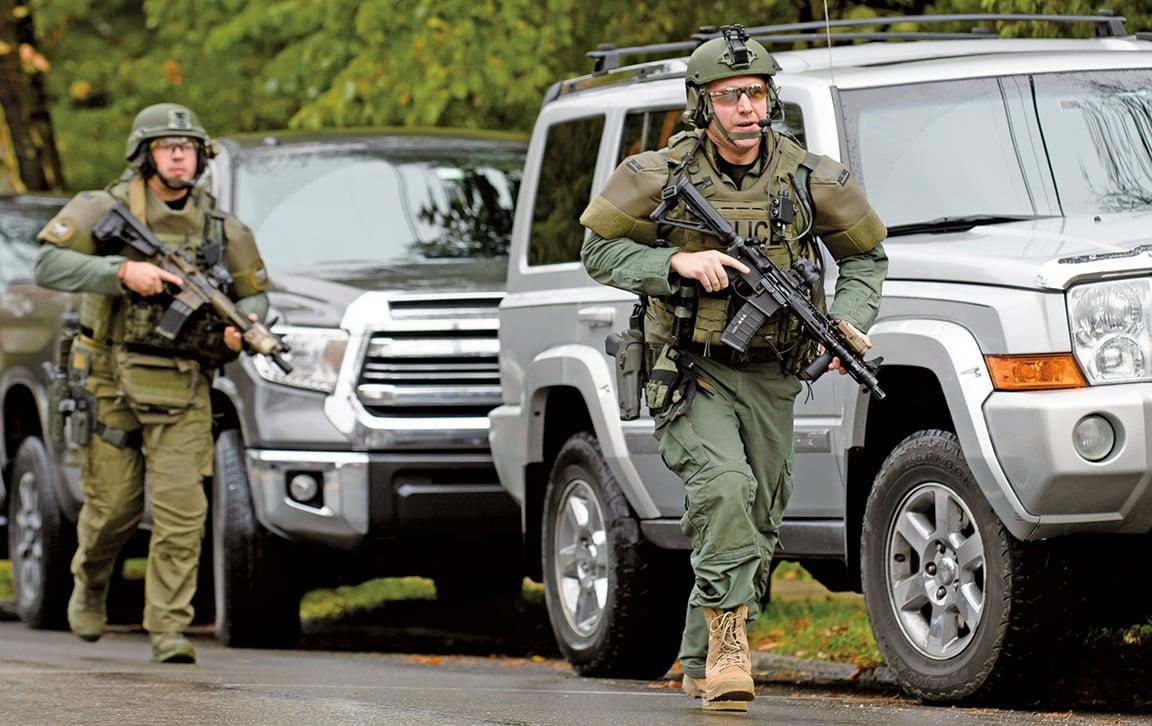 美國賓夕凡尼亞州匹茲堡的「生命之樹」猶太教堂上周六(10月27日)發生了一宗大規模槍擊案。特警隊作出回應。(Getty Images)