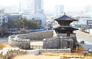 遊玩大學路沿著古城牆前往現代文化聖地