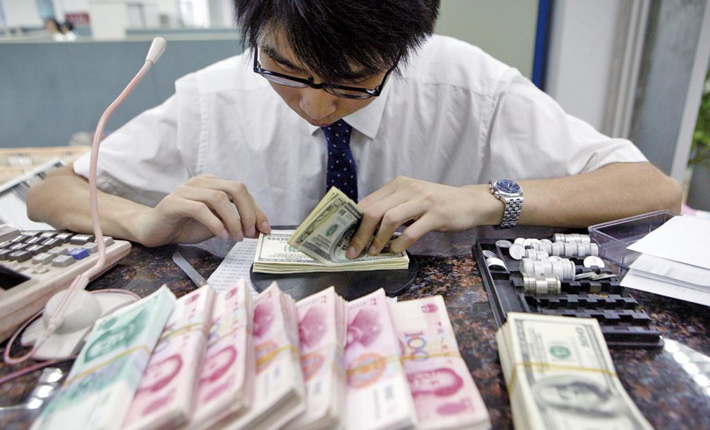 路透社援引交易員評議稱,人民幣可能進入新的交易區間,風險繼續積累。(AFP)