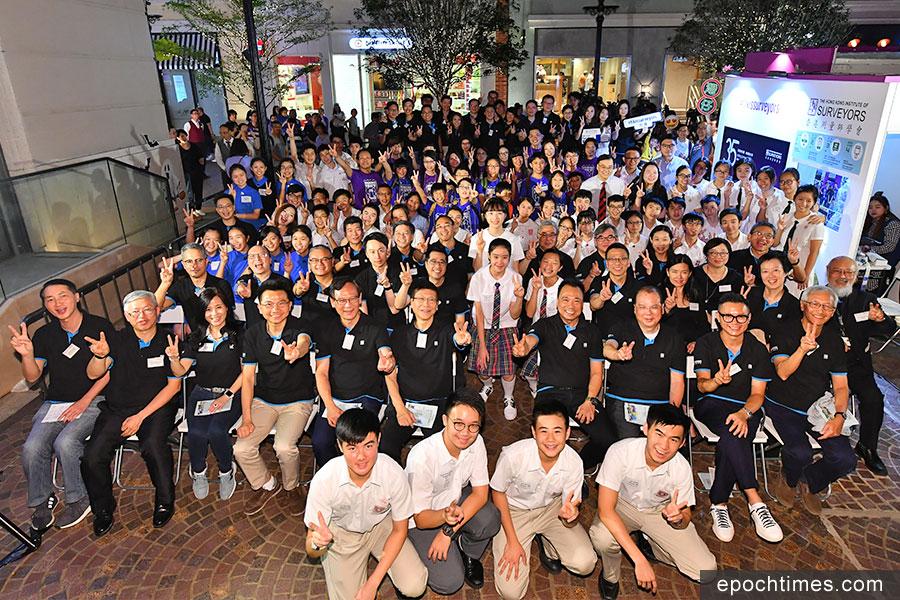 由香港測量師學會主辦的「細看社區歷史 構建『你』想灣仔」地區發展創作比賽,10月27日在灣仔利東街舉行頒獎禮及公眾展覽。(主辦單位提供)