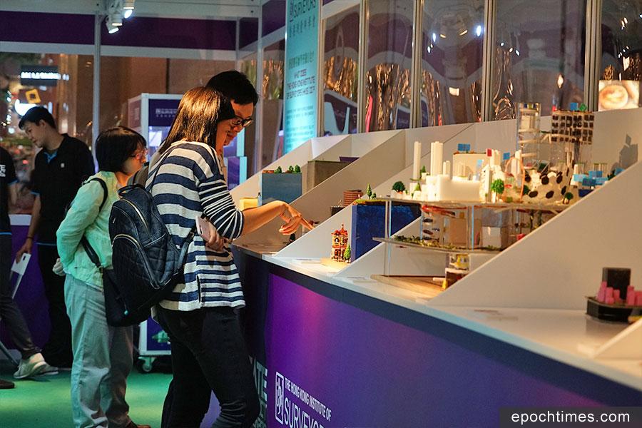 學生作品展覽區吸引不少市民觀看與拍照。(曾蓮/大紀元)