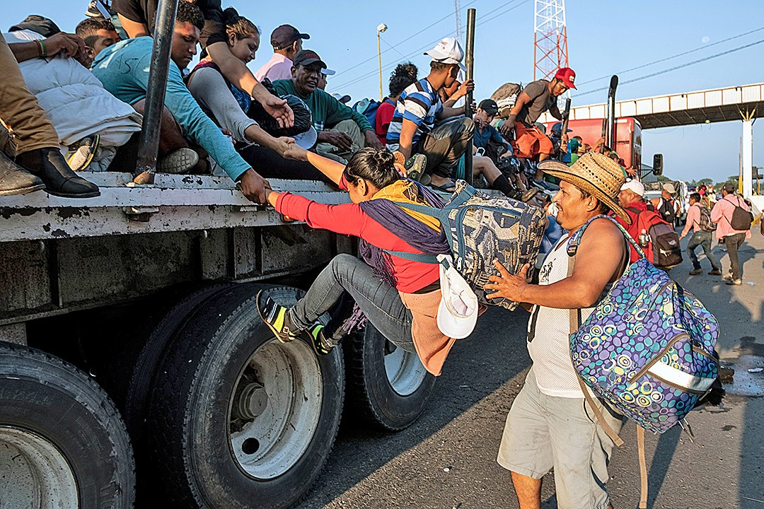 為了阻止中美洲大篷車人群試圖非法入境美國,美國軍方將在美、墨邊境部署5,200名士兵。(AFP)