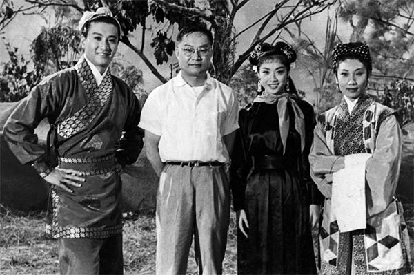 1960年與《神鵰俠侶》電影主角合照。由左至右:謝賢、金庸、南紅、梁素琴。(金庸館圖片)