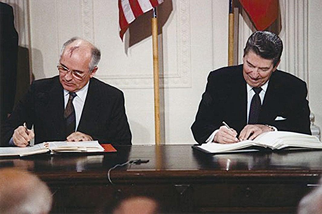 1987年,美國前總統列根和前蘇聯領導人戈爾巴喬夫簽署了《中導條約》。(維基百科公有領域)