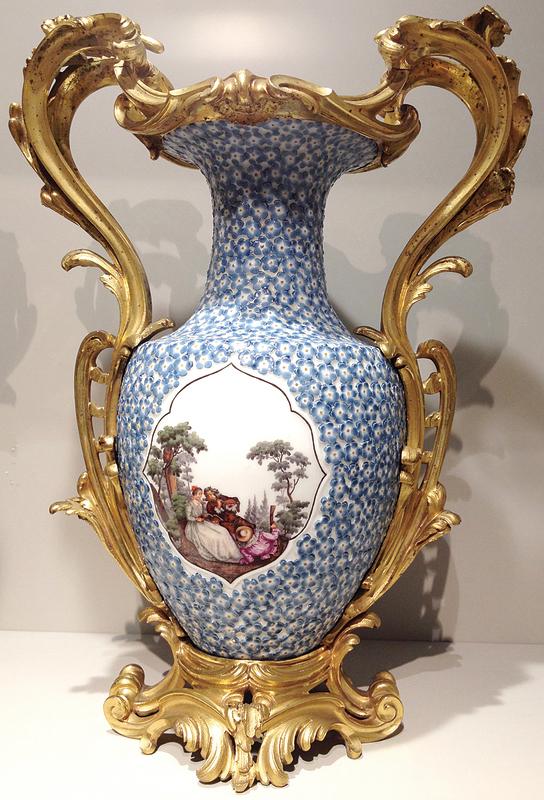 英國的切爾西(Chelsea)陶瓷廠出品的花瓶,梅花瓣瓷片鑲嵌,一對青年男女在樹下,男子吹奏長笛,女子為他捧樂譜。(圖片翻攝:Juliet Zhu/大紀元)