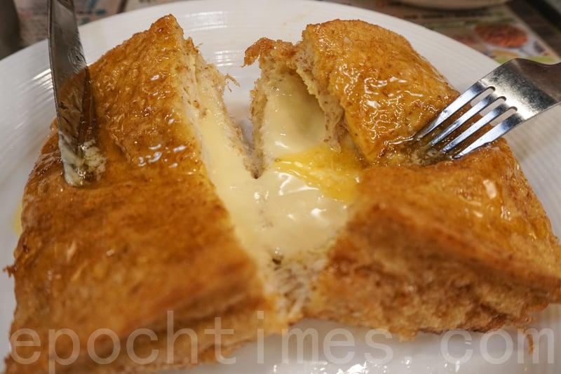 西多士炸得金黃,切開可以看到有很多芝士,糖漿也下得恰度好處。