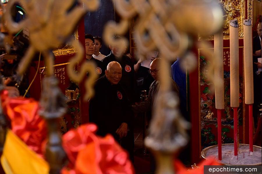 東華三院文武廟秋祭典禮由東華三院己酉年主席黎時煖(中)主祭。(張浩林提供)