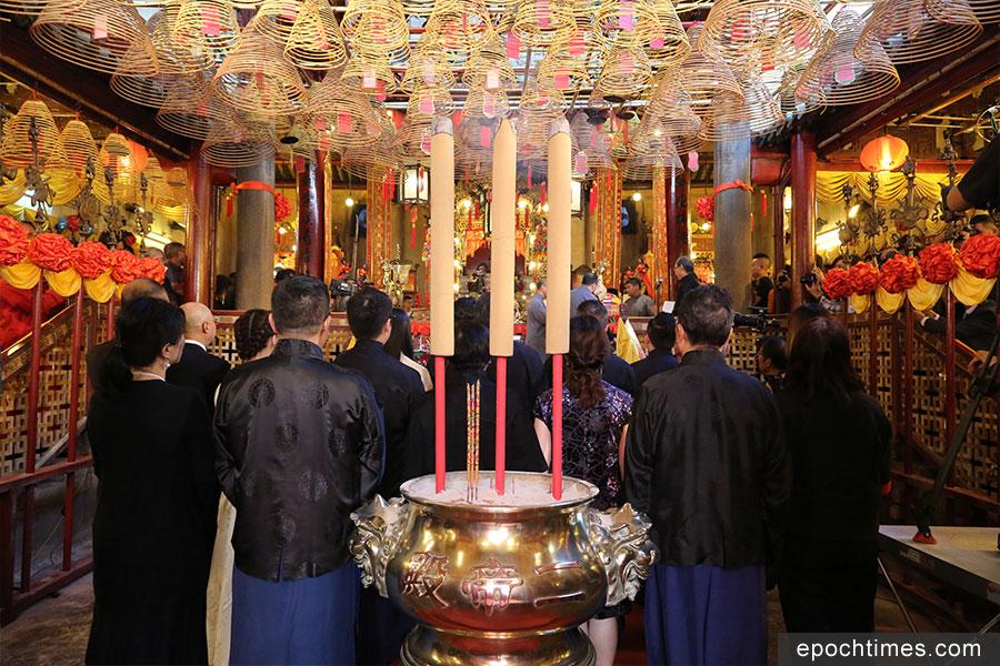 一眾東華三院董事局成員由主席王賢誌帶領下陪祭。(陳仲明/大紀元)