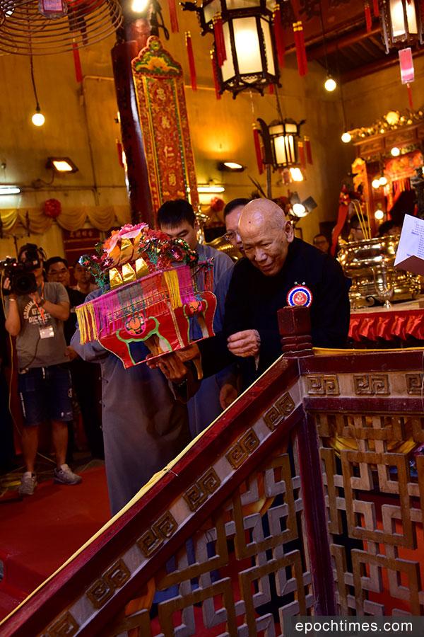 東華三院文武廟秋祭典禮由東華三院己酉年主席黎時煖(右)主祭。(張浩林提供)