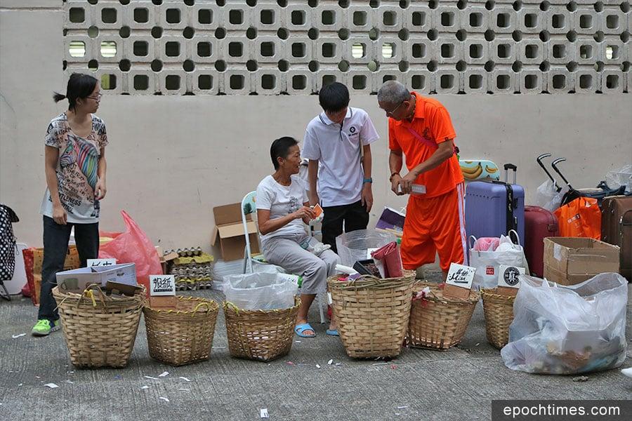 不少「戰友」長年參與不是垃圾站的運作,並熱心向街坊推廣「不站」的理念,協助街坊分類回收品。(陳仲明/大紀元)