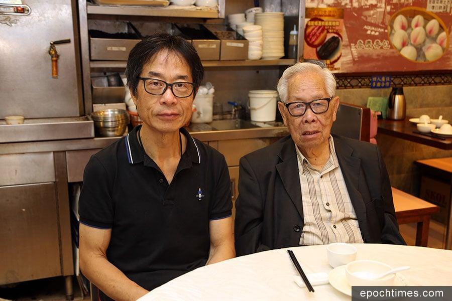 得龍大飯店第二代老闆曾國生(左)與年逾百歲的父親。(陳仲明/大紀元)