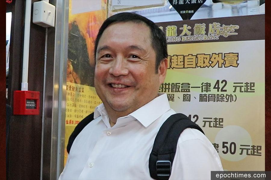 長期顧客李先生對得龍大飯店的結業感到依依不捨。(陳仲明/大紀元)