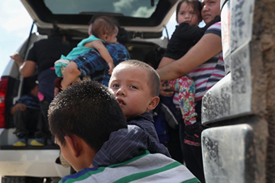 非法偷渡者在美國-墨西哥邊境被美國巡警截獲。 (John Moore/Getty Images)