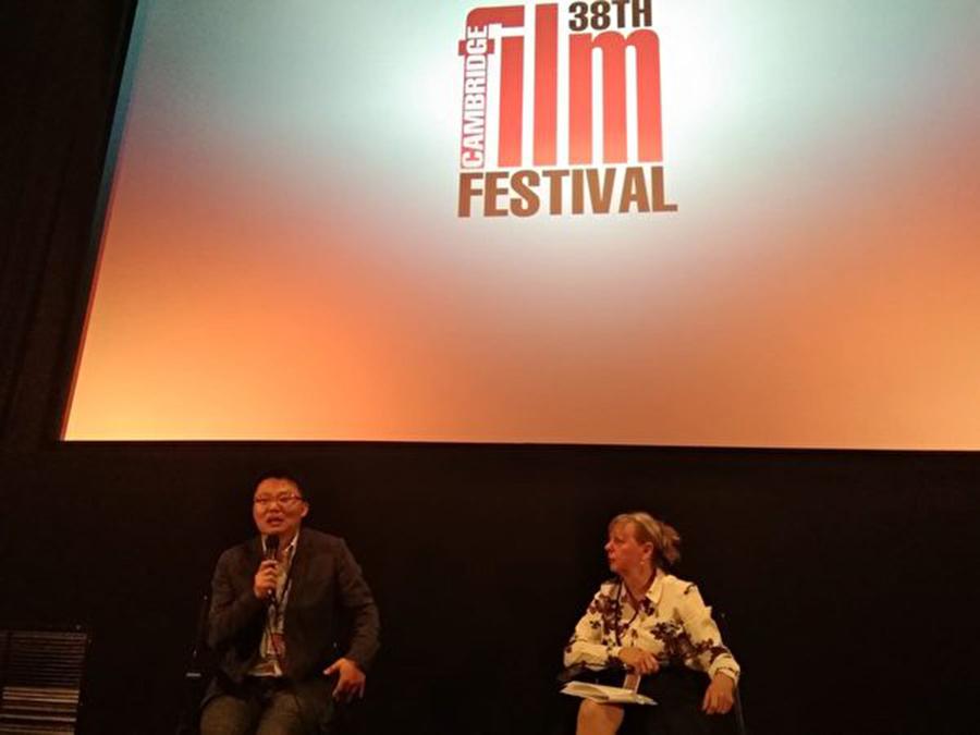 在電影播放後的互動環節中,導演李雲翔向觀眾們介紹了更多電影背後的故事以及製作這部影片的初衷。(畢成/大紀元)