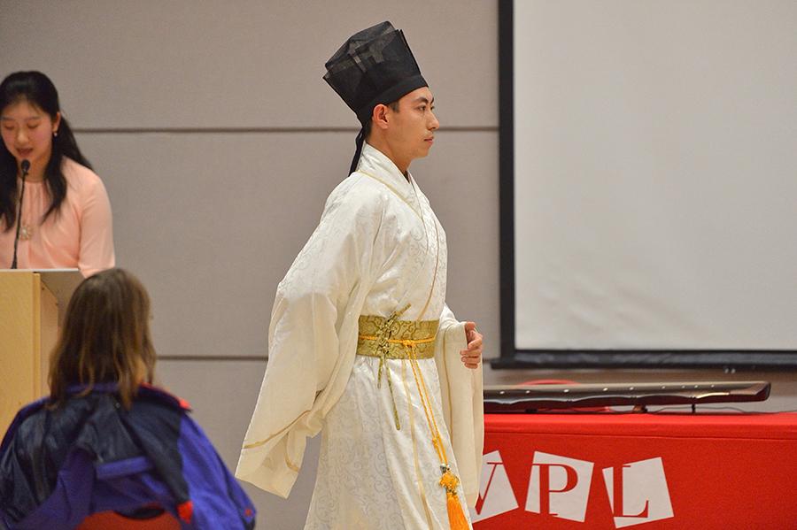 2018年9月25日,王志遠在溫哥楓扱書館的漢服展示會上。(大宇/大紀元)