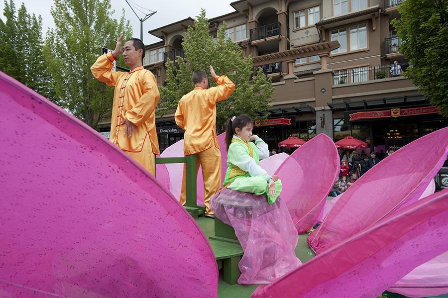 2018年6月2日,王志遠在大溫哥華地區本拿比市脫帽節遊行的花車上展示法輪功的功法。(大宇/大紀元)