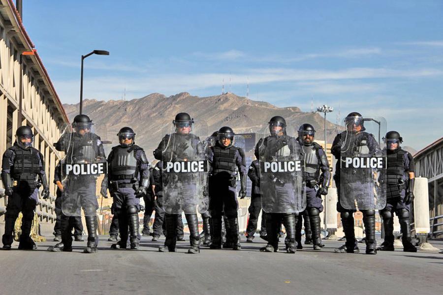 助軍隊截堵非法移民 美大批民眾帶槍抵邊境