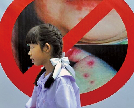 上周北京出現22宗聚集性諾如病毒疫情,與去年同期相比增加明顯。另外,9月安徽傳染病疫情中,手足口病近萬例。圖為手足口症宣導海報。(AFP)