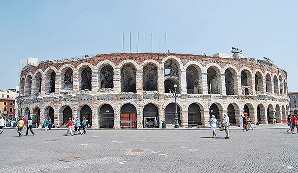 維羅納圓形劇場,位於意大利北部,是少數保持完好且仍在使用的羅馬時期競技場,每年舉辦的歌劇節聞名全球。(公有領域)