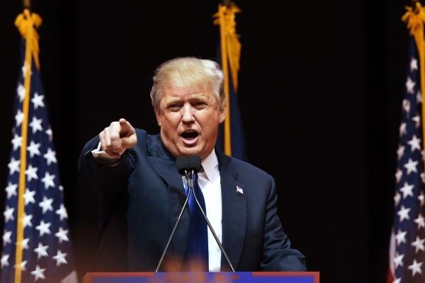美國大選共和黨競選人特朗普,準備周一(6月13日)在華盛頓特區舉行的競選集會中,詳細列舉出對手希拉莉的一系列「肇事違規」清單,從而挑戰她的誠信度和她作為民主黨總統競選人的資質。(DON EMMERT/AFP/Getty Images)