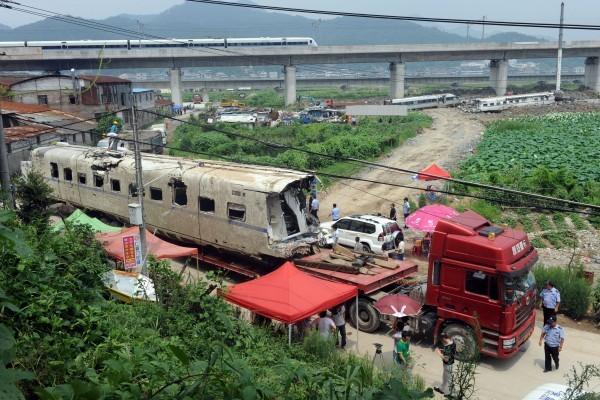 在2011年,兩輛動車在溫州相撞,導致40人死亡,引發外界對中國列車的質量和安全的懷疑。(STR/AFP/Getty Images)