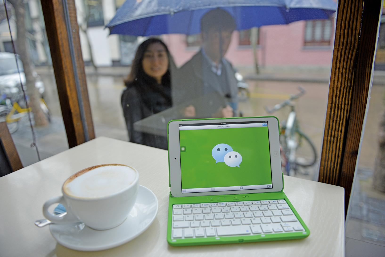 美國總統特朗普及副總統彭斯近期公開抨擊中共,美國駐華大使館利用中國社交媒體微信(WeChat)上傳批評中共的帖文,提供完整信息給十多億中國網民。(AFP)