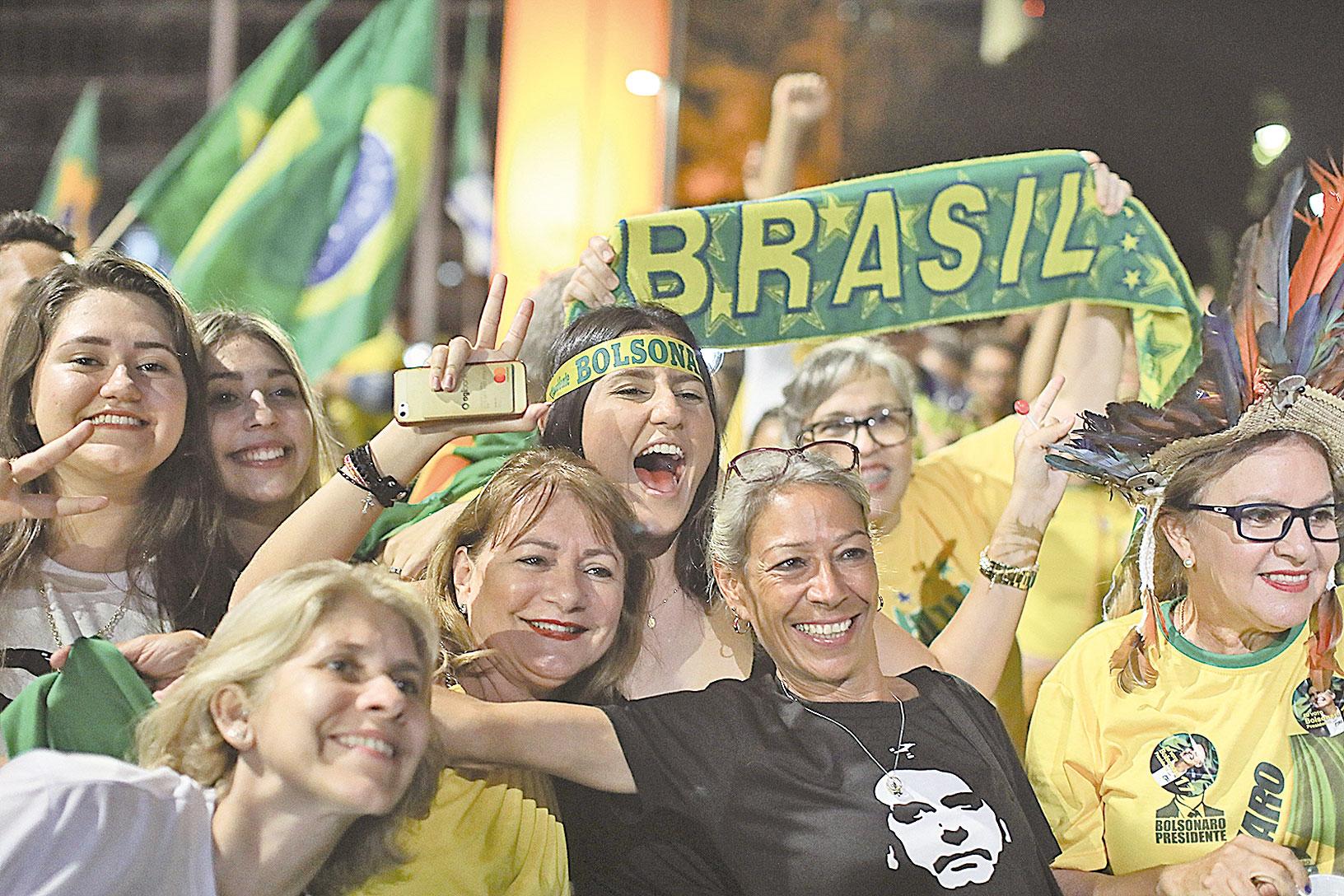 10月28日晚,巴西總統大選結果揭曉:社會自由黨候選人博索納羅當選新一任總統。圖為博索納羅的支持者在慶祝勝利。(SERGIO LIMA/AFP/Getty Images)