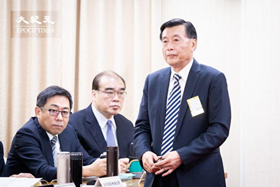 國安局長彭勝竹(右1)11月1日表示,中共影響台灣選舉的樣態非常多,從資金影響台灣賭盤,到招待宗教團體、樁腳、漁會、農會到中國等,至少有十幾種影響台灣選舉的方法。(陳柏州/大紀元)