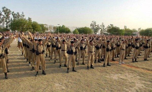 2009年4月13日下午,法輪功學員應邀來到印度新德里的警察訓練大學介紹法輪大法。印度首都新德里(Delhi)的警察訓練大學的上千名學生學煉法輪功功法。(明慧網)